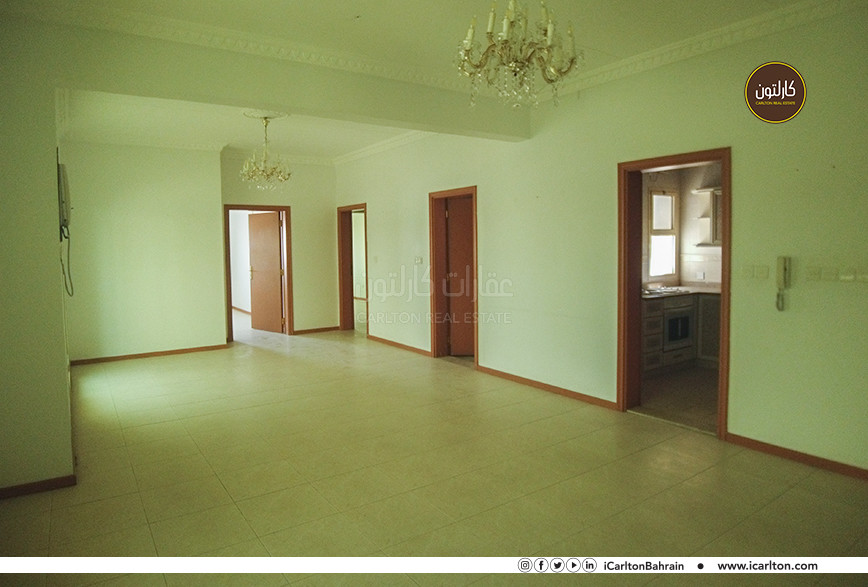 SPACIOUS COMMERCIAL FLAT IN GREAT LOCATION